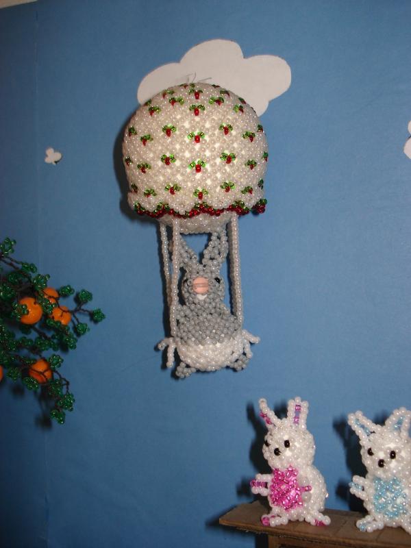 Le bébé lapin en ballon